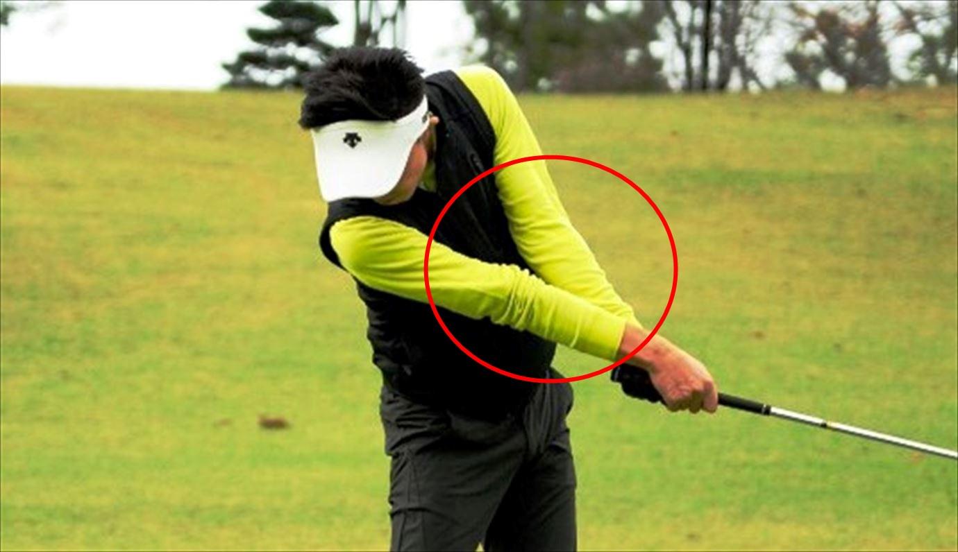フォロースルーでは肘を伸ばす。肘を伸ばすとスイング軌道が大きくなり飛距離が伸びる