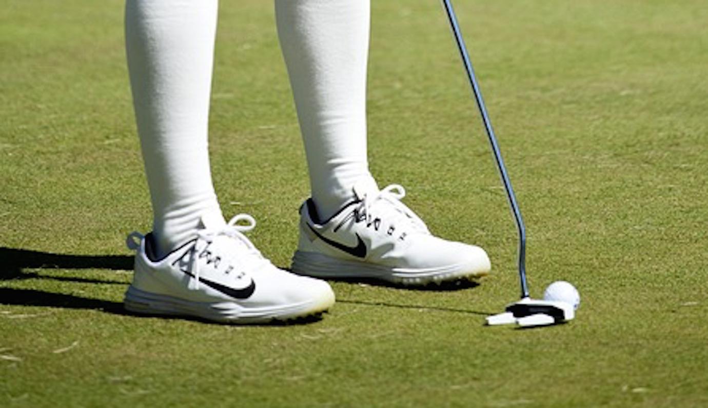 156d50a299 ゴルフ初心者の中には、ゴルフは普通の靴やスニーカーでプレイしても問題ないのではないか?と思う方も少なくないようですが、実はゴルフにとってクラブと同じく  ...